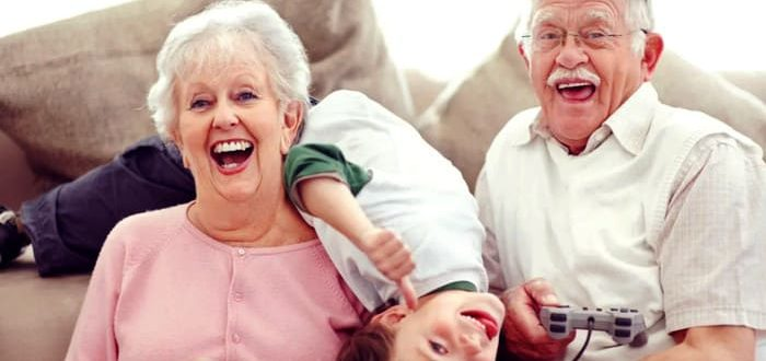 бабушка балует внуков